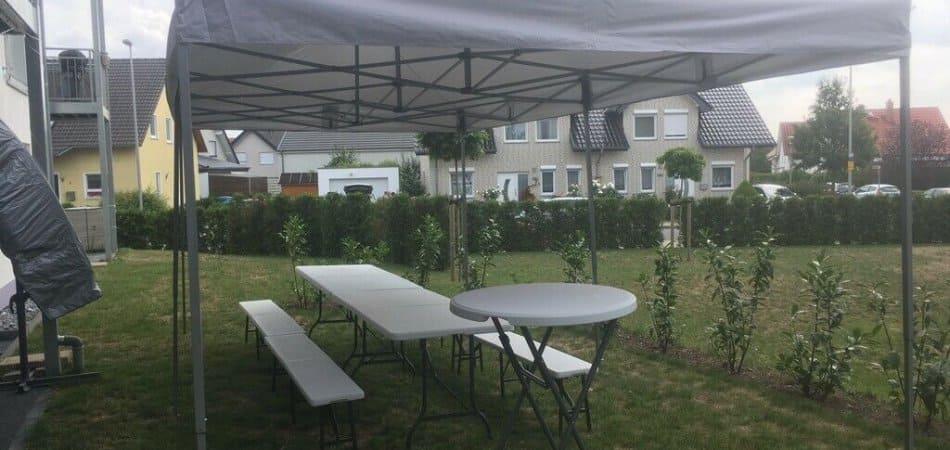 Faltpavillon / Zelt mit Bierzeltgarnitur und Stehtische mieten